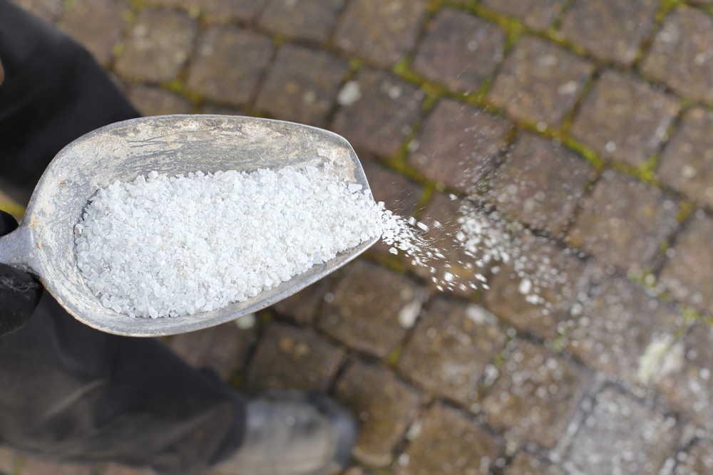 La venta de sal es básica para habilitar carreteras en temporales de nieve